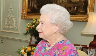 Eintönigkeit ist definitiv nichts für die Monarchin: Hier zeigt sich die Königin leger in einem buntgeblümten Oberteil. (Foto)