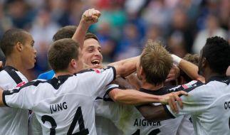 Eintracht Frankfurt holt die Faust raus: Das 4:0 gegen Hoffenheim verschafft ihr die erste Tabellenführung seit 1999. (Foto)