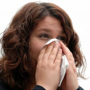 Einwegtaschentücher und der Verzicht aufs Händeschütteln zur Begrüßung sind bei Erkältungen die beste Wahl.