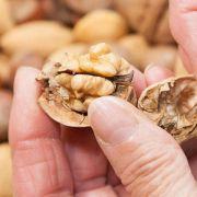 Einzelne Lebensmitteln sollen vor Darmkrebs schützen: Nüsse zum Beispiel. (Foto)