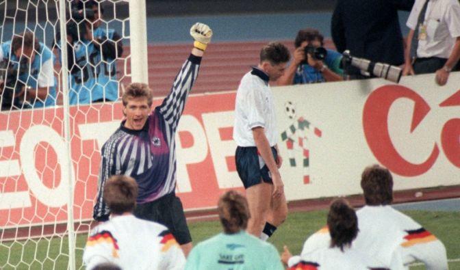 Elfmeterschießen WM-Halbfinale 1990: DFB-Keeper Illgner jubelt, Englands Chris Waddle (hinten) ist geknickt (Foto)