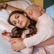 Emma (Luise Befort) und Jonas (Damian Hardung) nähern sich an. (Foto)