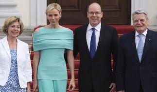 Empfang bei Bundespräsident Joachim Gauck (rechts): Albert II. und Charlène von Monaco. (Foto)