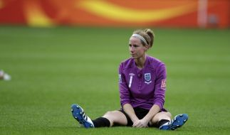 England goalkeeper Karen Bardsley sits on the pitch after England lost in penalty shots the quarterf (Foto)