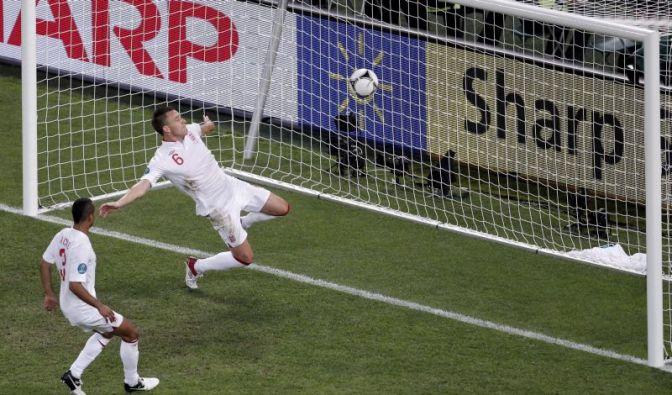 Englands John Terry Terry klärt - hinter der Linie: Das System Torrichter hat versagt, meint Bernd Heynemann. (Foto)