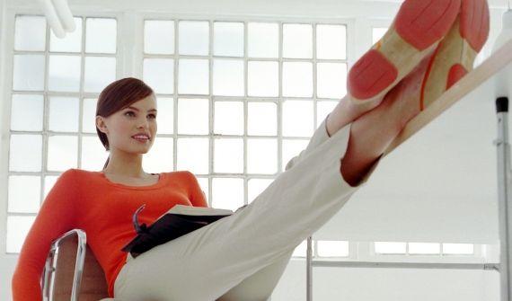 Entlastet den Rücken: Einfach mal Lümmeln statt ordentlich sitzen. (Foto)
