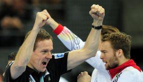 Er kann auch locker: Martin Heuberger bejubelt den Viertelfinaleinzug seines Teams. (Foto)