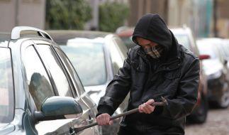 Er wollte einen Polizeiwagen inklusive Beamten klauen: Ein hesssischer Autodieb hat seinen Beruf ganz eindeutig verfehlt. (Foto)