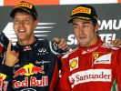 Er kann den Siegerfinger nicht mehr sehen: Fernando Alonso schielt neidisch auf Siegertyp Vettel. (Foto)
