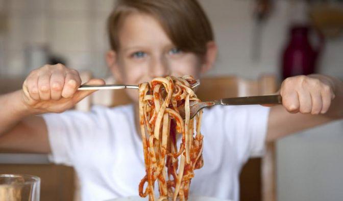 Erbsen essen, nicht kullern: Kindern Tischmanieren beibringen (Foto)
