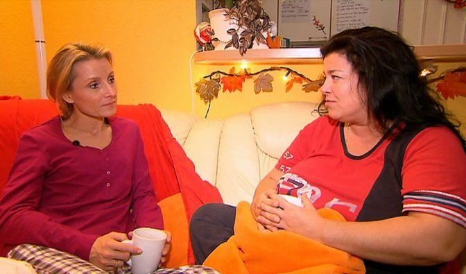Ernährungswissenschaftlerin und Foodcoach Alexa Iwan (links) ist zu Gast bei Sandra in Berlin. Sandra hat wegen ihres Übergewichts Angst um ihr Leben und hofft nun auf professionelle Hilfe. (Foto)