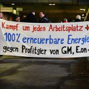 Erpressung der Arbeitnehmer: Opel will schmerzhafte Zugeständnisse von seinen Mitarbeitern - sonst droht die Schließung des Bochumer Werkes schon zwei Jahre früher.