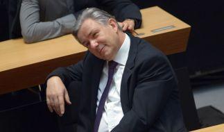 Erträgt das Misstrauensvotum am Samstagmorgen genervt: Klaus Wowereit. (Foto)