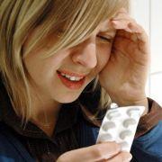 Es muss nicht immer die Schmerztablette her, wenn sich im Büro Kopfschmerzen einstellen. Oft helfen auch natürliche Mittel.