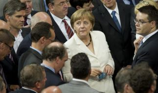 Es waren schweren Stunden, die Bundeskanzlerin Angela Merkel (CDU) bis zur erfolgreichen Abstimmung über die Euro-Verträge durchstehen musste. (Foto)