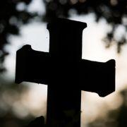 Es ist eine Tat, für die es kaum Worte gibt: Eine 79-Jährige soll am Sonntagmorgen auf einem Friedhof vergewaltigt worden sein. (Foto)