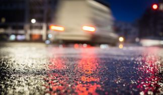 Etliche Autos und Lastwagen krachen auf glatten Straßen zusammen oder rutschen von der Straße. (Foto)