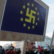 EU-Fahne mit Hakenkreuz: Das Symbol beherrscht die Anti-Merkel-Demonstrationen auf den Straßen von Athen.