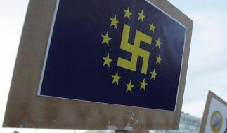 EU-Fahne mit Hakenkreuz: Das Symbol beherrscht die Anti-Merkel-Demonstrationen auf den Straßen von Athen. (Foto)