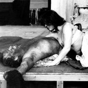 Eva Mattes spielte 1976 mit Ulrich Wildgruber in Peter Zadeks Shakespeare-Stück Othello die halbnackte Desdemona.