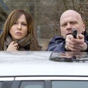 Eva Saalfeld (Simone Thomalla) beobachtet besorgt, wie Andreas Keppler versucht, die Situation diplomatisch zu deeskalieren.