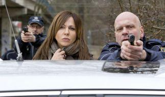 Eva Saalfeld (Simone Thomalla) beobachtet besorgt, wie Andreas Keppler versucht, die Situation diplomatisch zu deeskalieren. (Foto)
