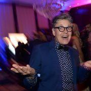 Ex-GNTM-Juror Rolf Schneider im Partymodus. (Foto)