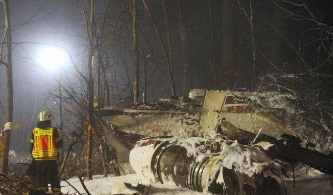 Experten suchen die Ursache für den Absturz in Hessen. (Foto)