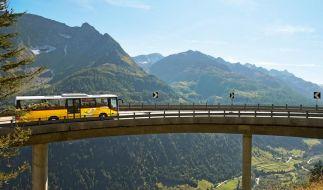 Fahrten mit dem Postauto lassen sich auf dem neuen Weg ViaPostaAlpina mit Wanderungen kombinieren. (Foto)