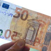 Falschgeld ist nicht immer gleich zu erkennen. Doch es gibt Tricks. (Foto)