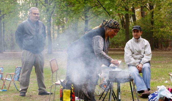 Familie beim Grillen im Berliner Tiergarten (Foto)
