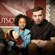 """Familie Braun"": Kai (Vincent Krüger), Lara (Nomie Lane Tucker) und Thomas (Edin Hasanovic). (Foto)"