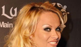 Fan erschreckt Pamela Anderson (Foto)
