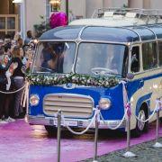 200 Fans warten vor dem Petersberg in Bonn auf die Hochzeitsgesellschaft.