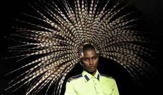 Fasenfedern als Kopfschmuck - da dürfte jeder Pfau bei der Fashion Week in London neidisch werden. (Foto)