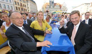 FDP-Chef Guido Westerwelle ( r.) mit Hans-Dietrich Genscher ( l.) und Silvana Koch-Mehrin (in gelb) (Foto)