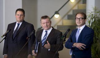 FDP-Generalsekretär Patrick Doering, CDU-Generalsekretär Hermann Gröhe und CSU-Generalsekretär Alexander Dobrindt geben am frühen Morgen die Ergebnisse bekannt. (Foto)