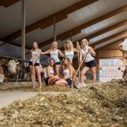 Felicia, Katharina, Barbara, Luisa, Maria und Marina posieren in Seybothenreuth (Bayern) beim Presseshooting für den Jungbauernkalender 2018. (Foto)