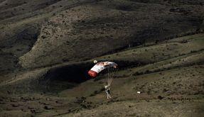 Felix Baumgartner beim Landeanflug. (Foto)