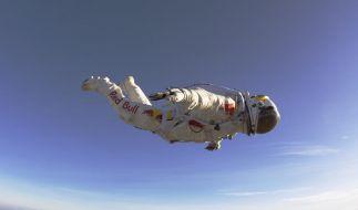 Felix Baumgartner beim Probesprung: Am Montag will der Österreicher aus 37 Kilometer Höhe zur Erde springen. (Foto)