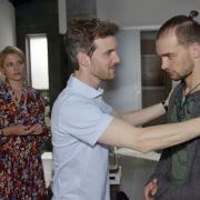 Felix (Thaddäus Meilinger, M.) mimt vor Sunny (Valentina Pahde) und Chris (Eric Stehfest) den weiterhin verständnisvollen Bruder. (Foto)