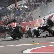 Fernando Alonso und Lewis Hamilton werden durch Romain Grosjean in einen gefährlichen Crash verwickelt.