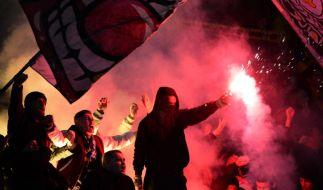 Feuer im Fanblock: Dynamos Fans machten ihrem traurigen Ruf als Chaos-Kommando alle Ehre. (Foto)