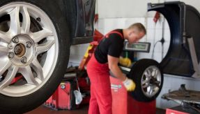 Flatterndes Lenkrad könnte auf Unwucht am Reifen hindeuten (Foto)