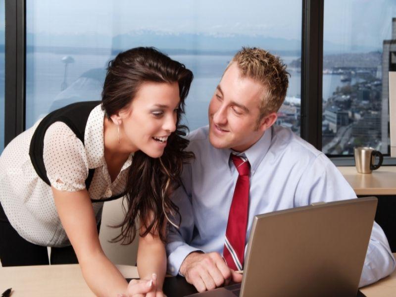 Körpersprache von Mann und Frau beim Flirten verstehen