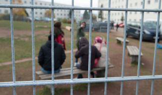 Flüchtlinge im November 2015 auf dem Gelände der Erstaufnahmestelle in Suhl in Thüringen. (Foto)