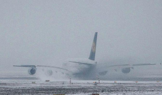 Flugausfall wegen Schnee: Verpflegung für Wartende (Foto)