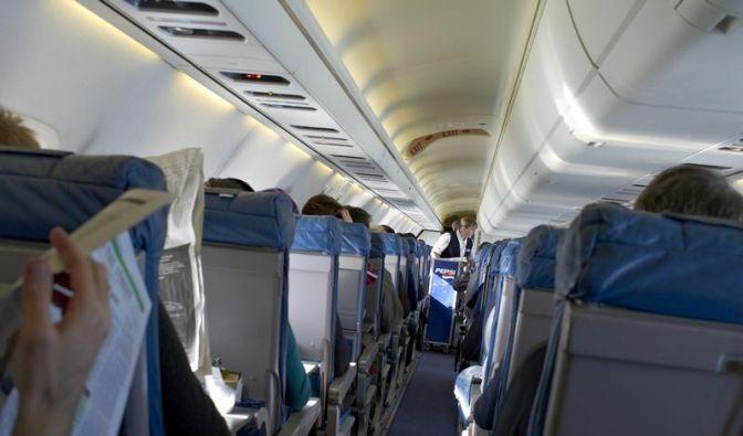 Fluggastumfrage: Stewardess verzichtbar (Foto)