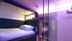Flugzeug-Komfort auf festem Boden: Die Inneneinrichtung des «Yotels» in London erinnert vom Design an einen Langstreckenflieger. (Foto)