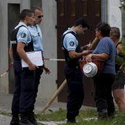 Französische Polizisten am Tatort: Ein toter Mann und zwei tote Frauen wurden in einem Auto entdeckt.